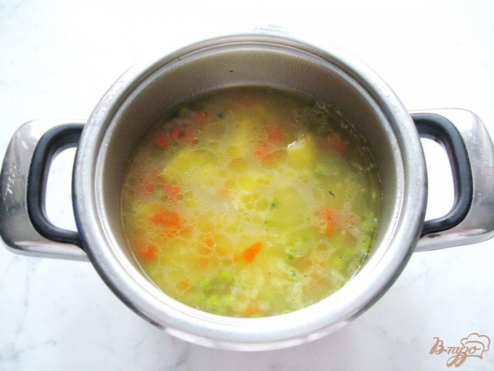 Фото приготовление рецепта: Куриный суп с вермишелью и зеленым горошком шаг №7