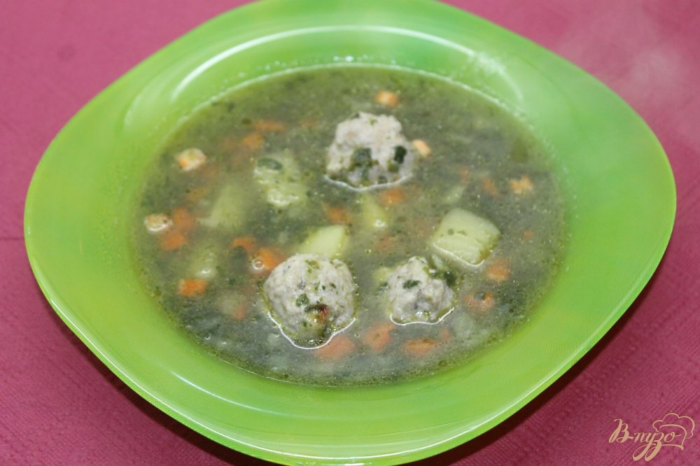 Фото приготовление рецепта: Шпинатный суп с фрикадельками шаг №8