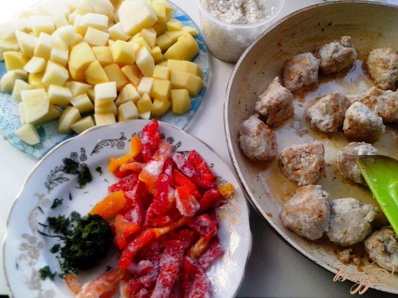 Фото приготовление рецепта: Суп с индюшиными фрикадельками в мультиварке-скороварке шаг №4