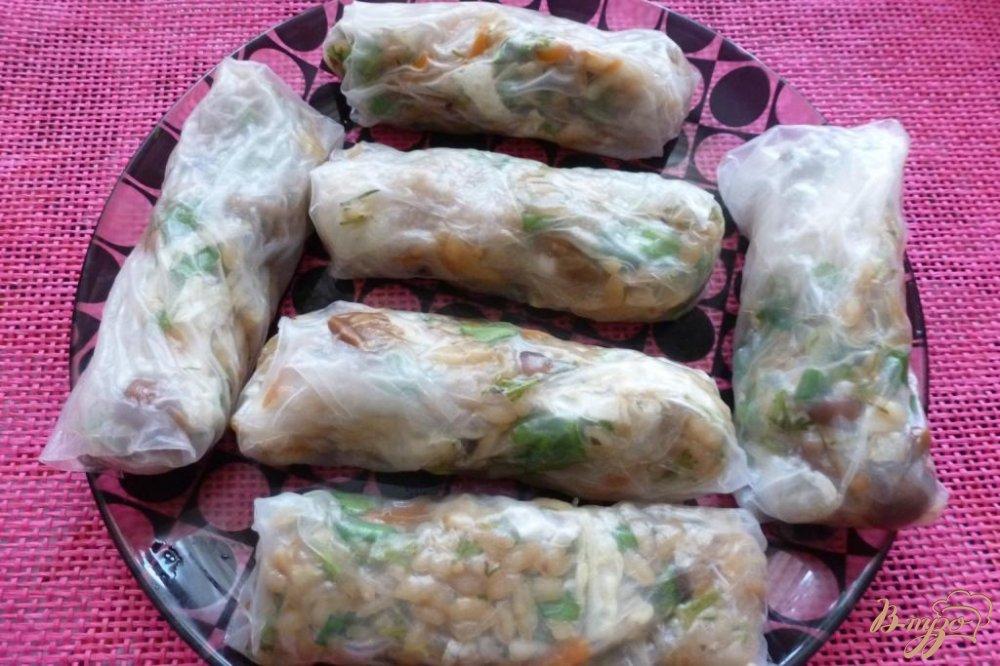 Фото приготовление рецепта: Овощные спринг-роллы  и грибами и рисом шаг №5