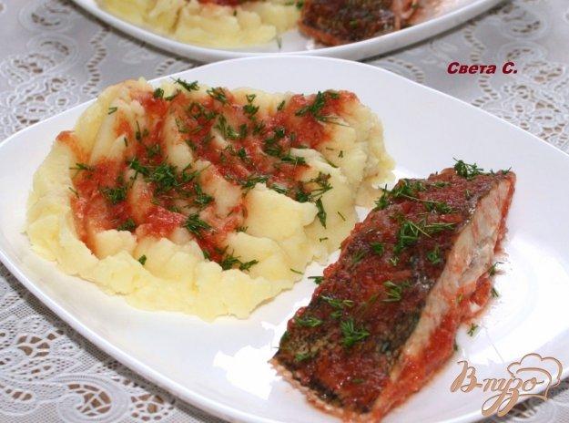 фото рецепта: Камбала, запеченная в соевом томатно-луковом соусе с картофельным пюре на гарнир