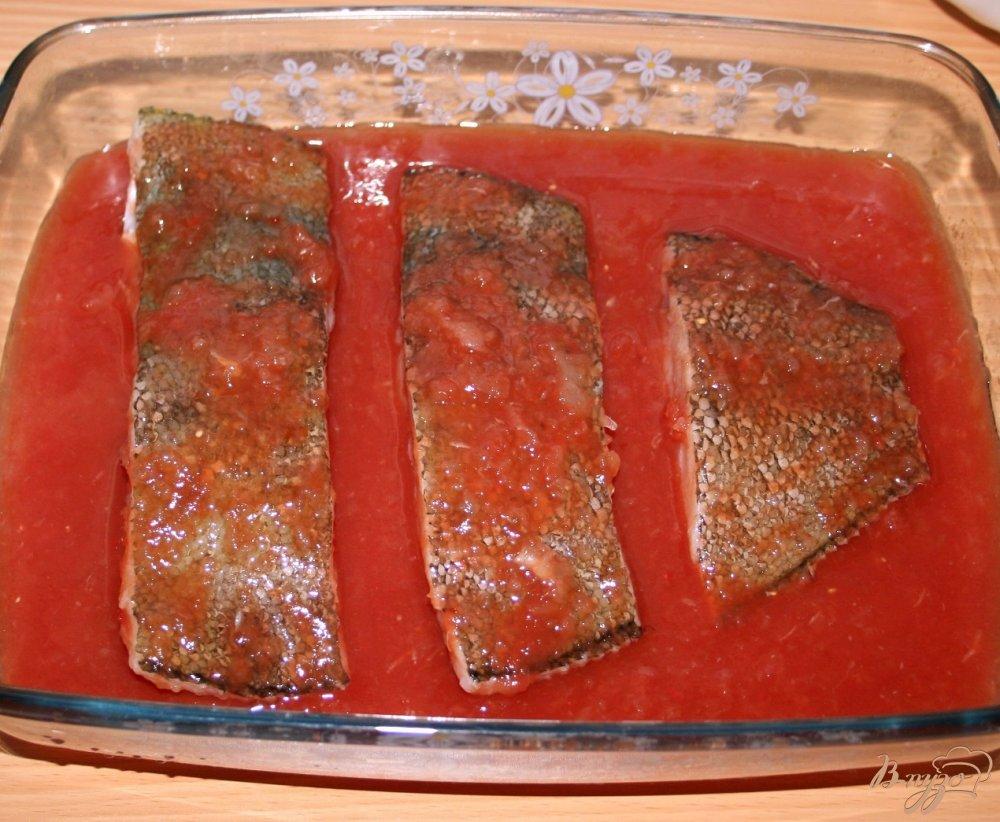 Фото приготовление рецепта: Камбала, запеченная в соевом томатно-луковом соусе с картофельным пюре на гарнир шаг №4