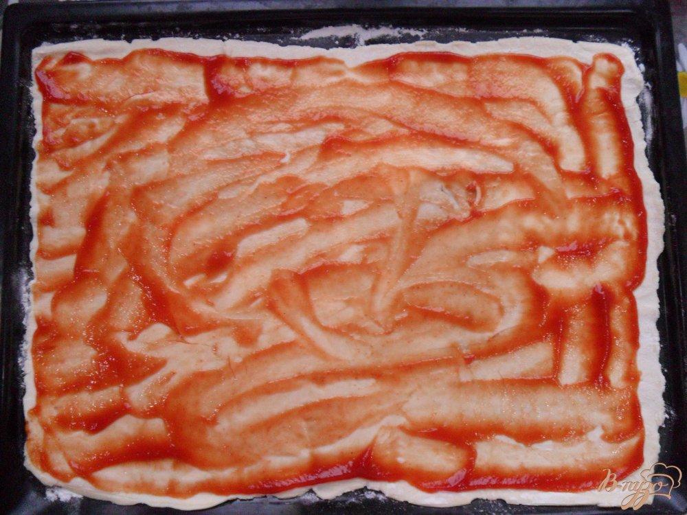 Фото приготовление рецепта: Пицца на слоенном тесте шаг №2
