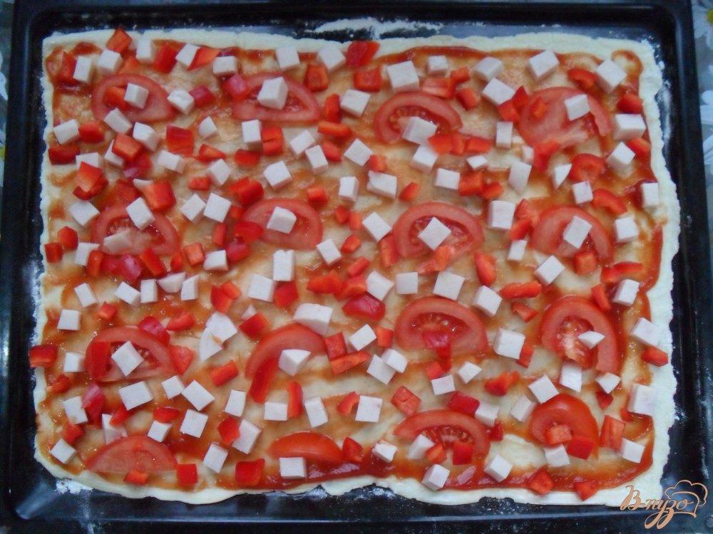 Фото приготовление рецепта: Пицца на слоенном тесте шаг №4