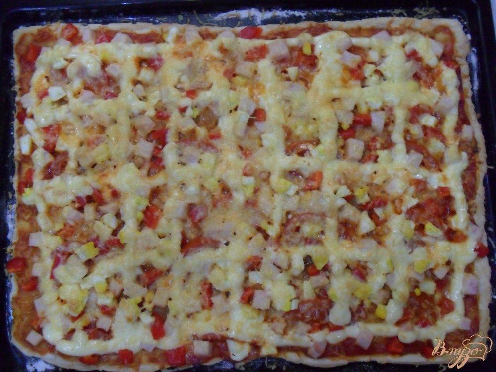 Фото приготовление рецепта: Пицца на слоенном тесте шаг №8