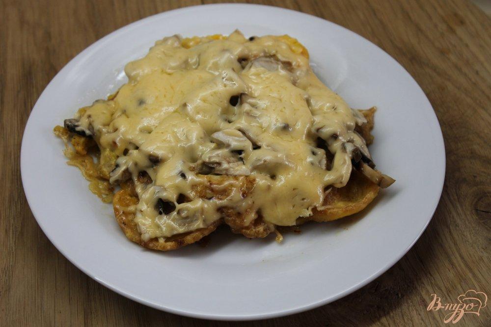 Фото приготовление рецепта: Куриная отбивная в сырной панировке с грибами шаг №8