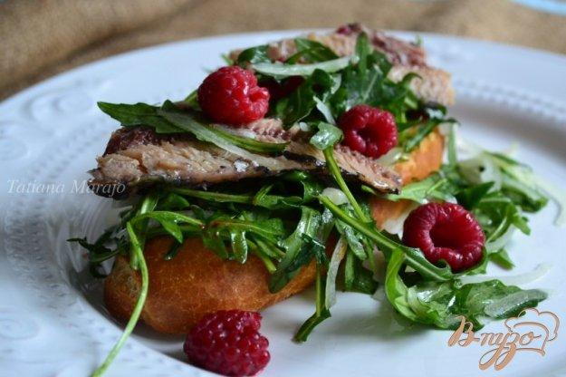 фото рецепта: Тартина с сардинами и малиной
