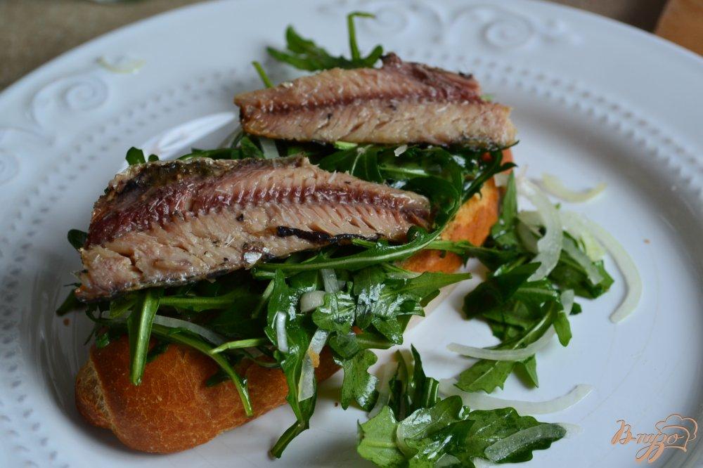Фото приготовление рецепта: Тартина с сардинами и малиной шаг №4