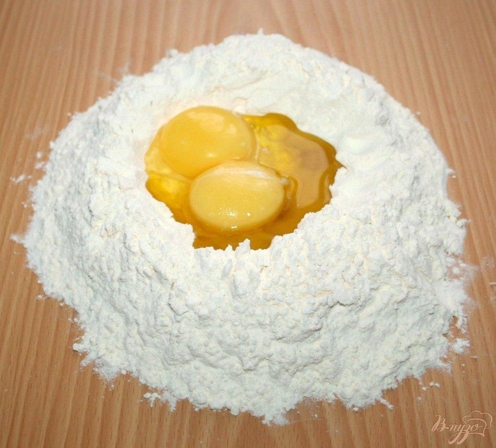 Фото приготовление рецепта: Домашняя паста с нутом и маслинами шаг №3