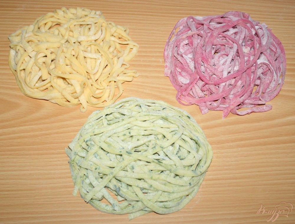 Фото приготовление рецепта: Домашняя паста с нутом и маслинами шаг №9