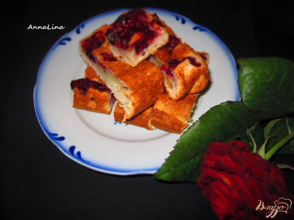 Фото приготовление рецепта: Пирог на сметане с вишней и орехами шаг №7