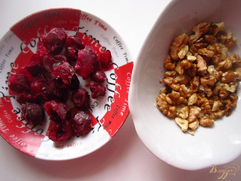 Фото приготовление рецепта: Пирог на сметане с вишней и орехами шаг №1