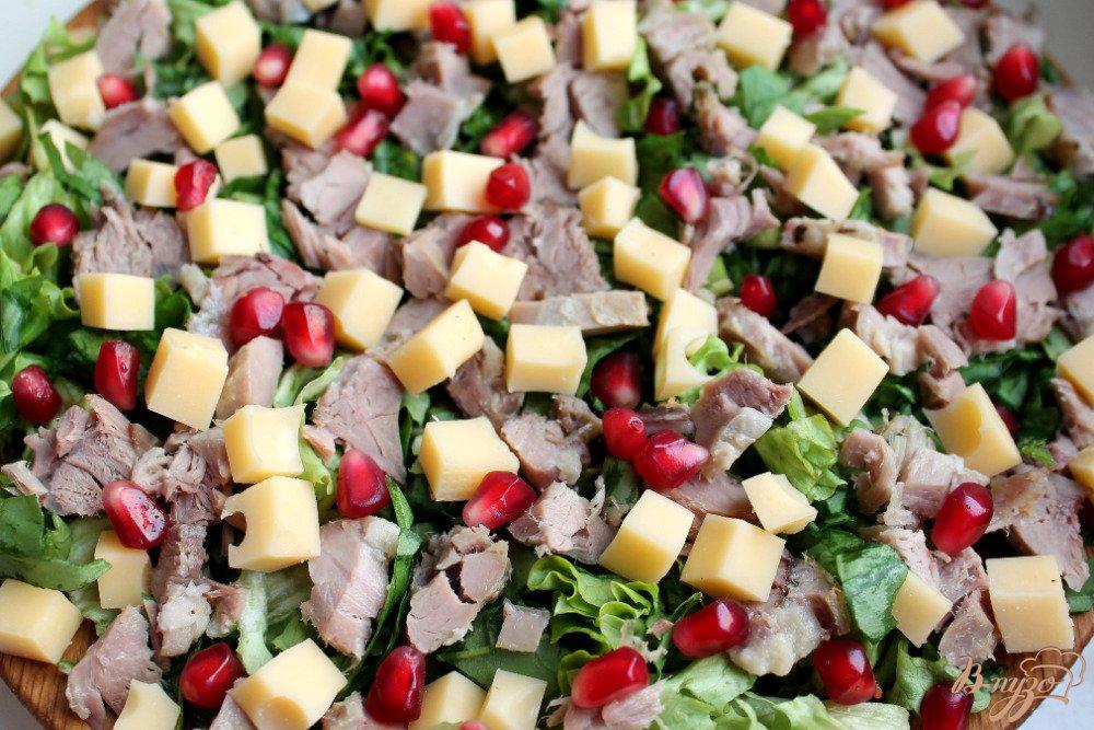 Фото приготовление рецепта: Микс салат с бужениной и сыром шаг №5
