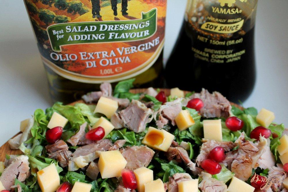 Фото приготовление рецепта: Микс салат с бужениной и сыром шаг №6