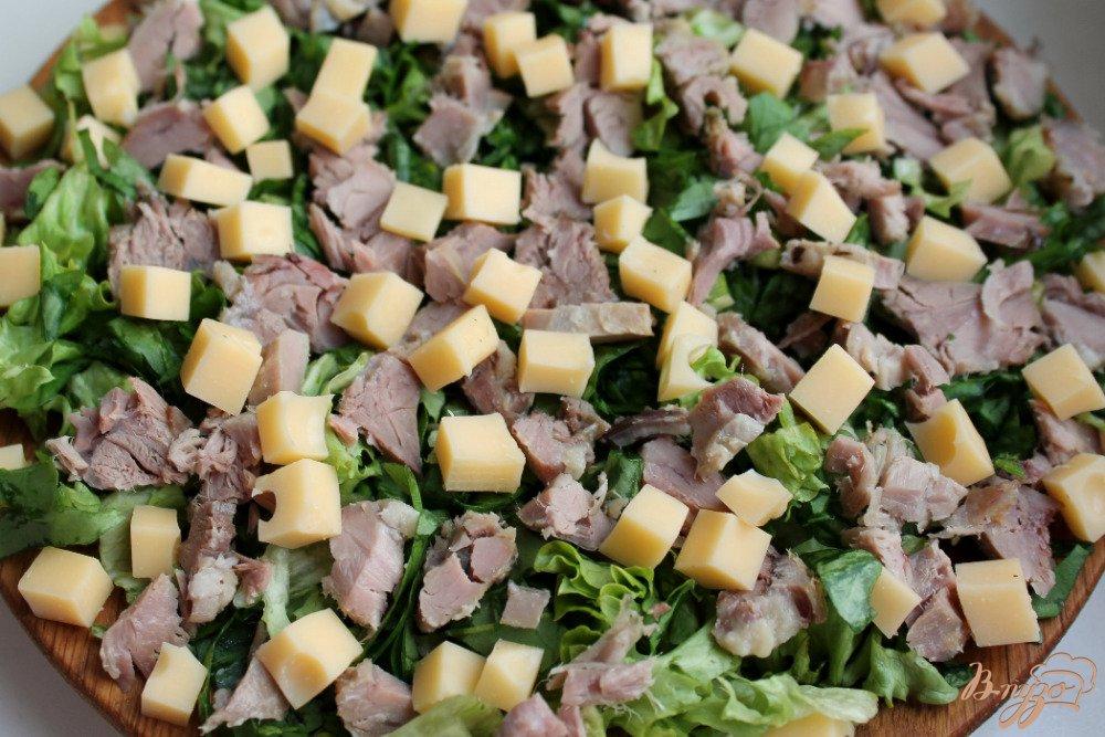 Фото приготовление рецепта: Микс салат с бужениной и сыром шаг №4