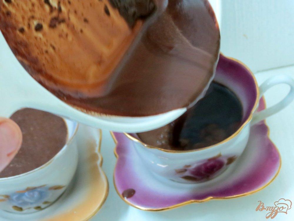 Фото приготовление рецепта: Кофе с молоком и шоколадом шаг №6