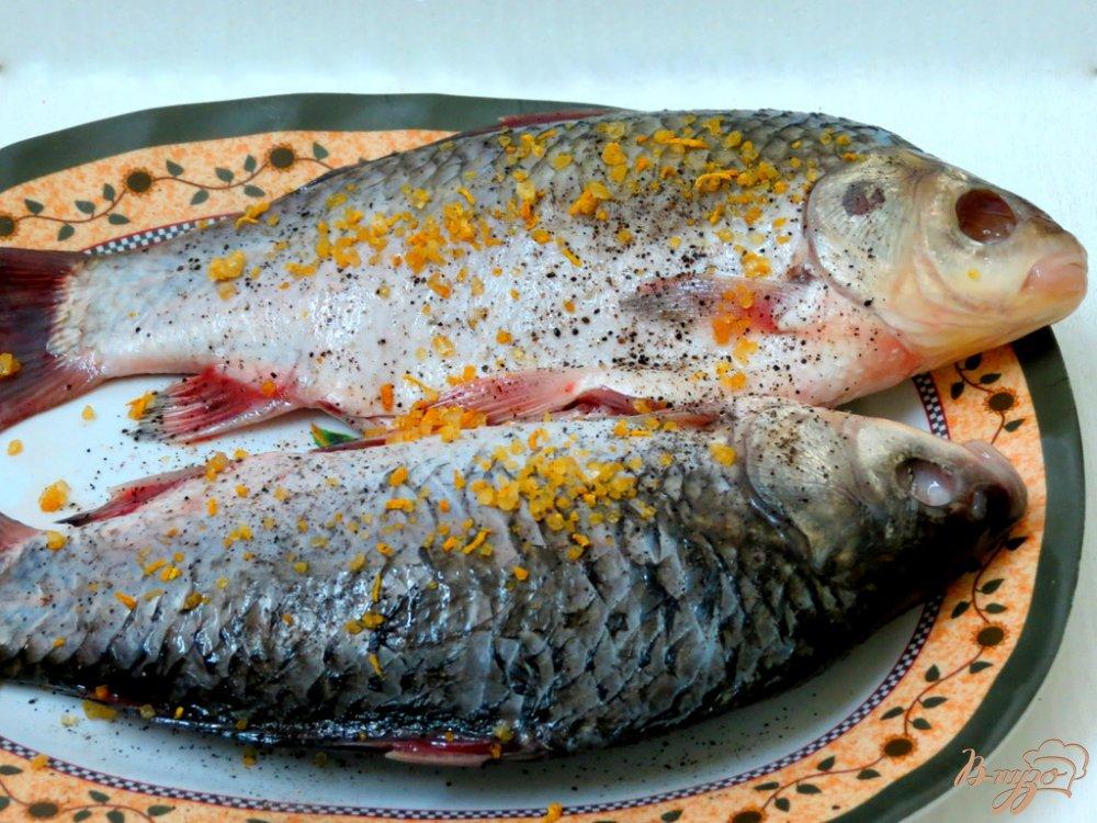 Фото приготовление рецепта: Караси под сметанным соусом шаг №2