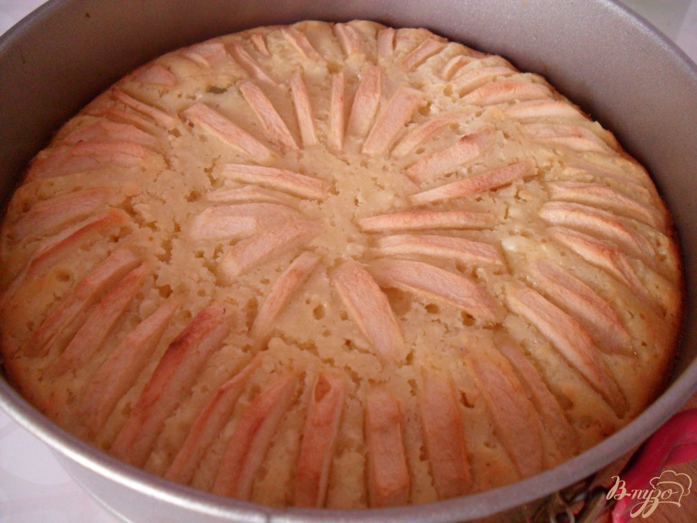 Фото приготовление рецепта: Пирог с творогом, яблоками и цукатами шаг №7