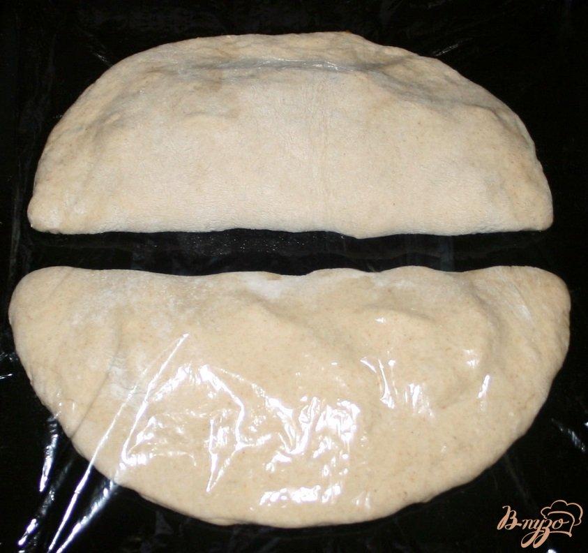 Фото приготовление рецепта: Фокачча из трех видов муки с ветчиной сыром и помидорами шаг №9