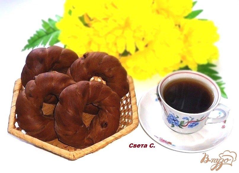 Фото приготовление рецепта: Кофейно-шоколадные бублики с изюмом шаг №10
