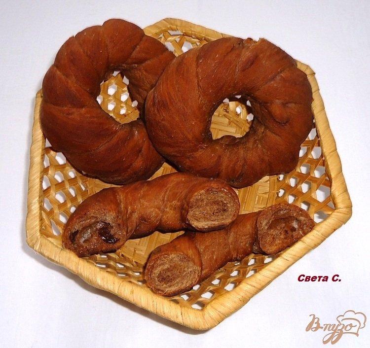 Фото приготовление рецепта: Кофейно-шоколадные бублики с изюмом шаг №11