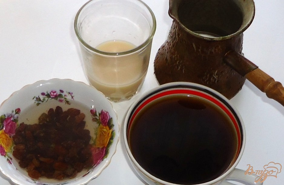 Фото приготовление рецепта: Кофейно-шоколадные бублики с изюмом шаг №1