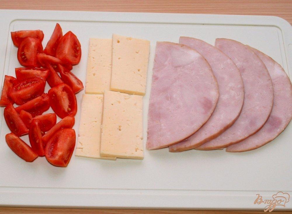 Фото приготовление рецепта: Фокачча из трех видов муки с ветчиной сыром и помидорами шаг №6