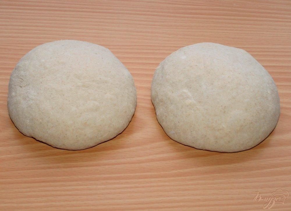 Фото приготовление рецепта: Фокачча из трех видов муки с ветчиной сыром и помидорами шаг №5