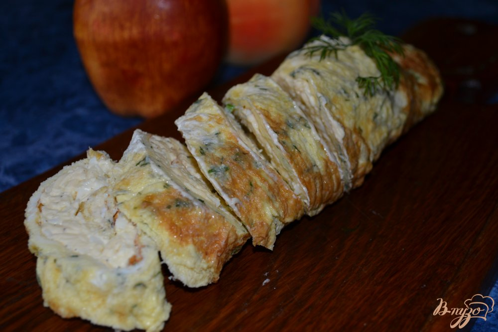 Фото приготовление рецепта: Сырный рулет в омлете шаг №7