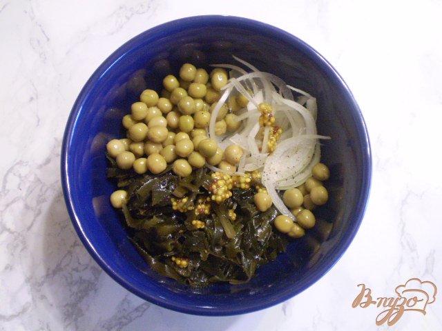 Фото приготовление рецепта: Салат из ламинарии с горошком шаг №4