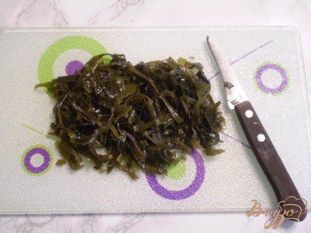 Фото приготовление рецепта: Салат из ламинарии с горошком шаг №3