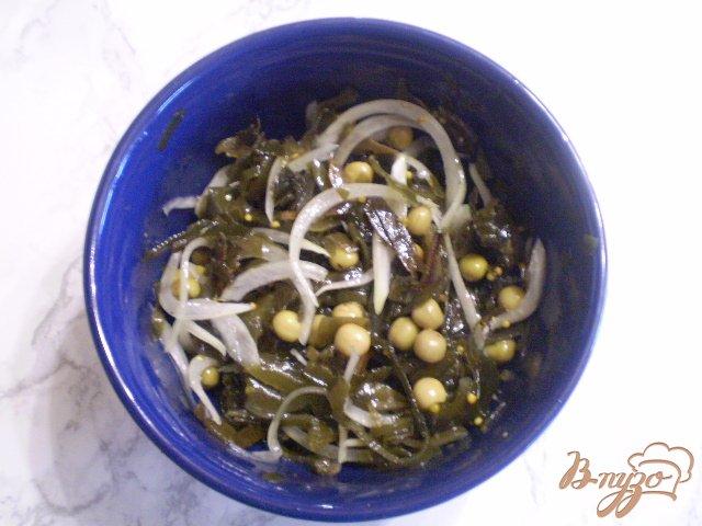 Фото приготовление рецепта: Салат из ламинарии с горошком шаг №5