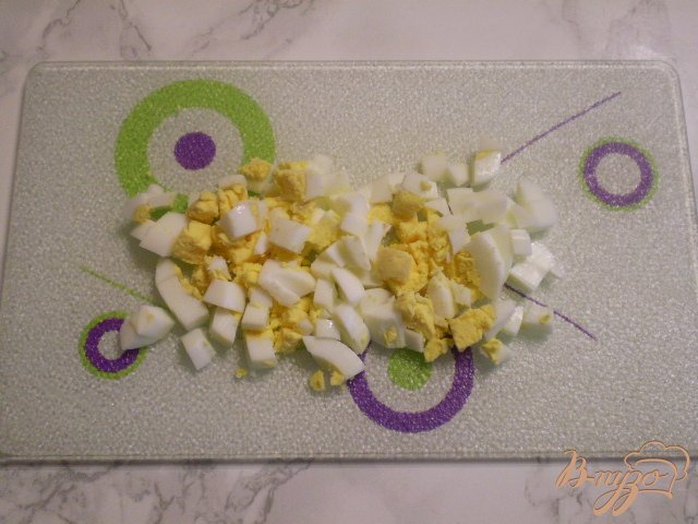 Фото приготовление рецепта: Салат с рыбной консервой шаг №4