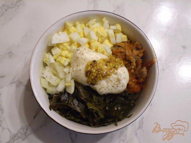 Фото приготовление рецепта: Салат с рыбной консервой шаг №5