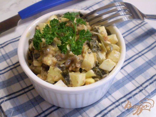 Фото приготовление рецепта: Салат с рыбной консервой шаг №7