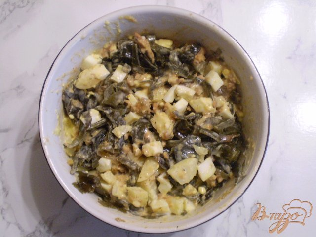 Фото приготовление рецепта: Салат с рыбной консервой шаг №6