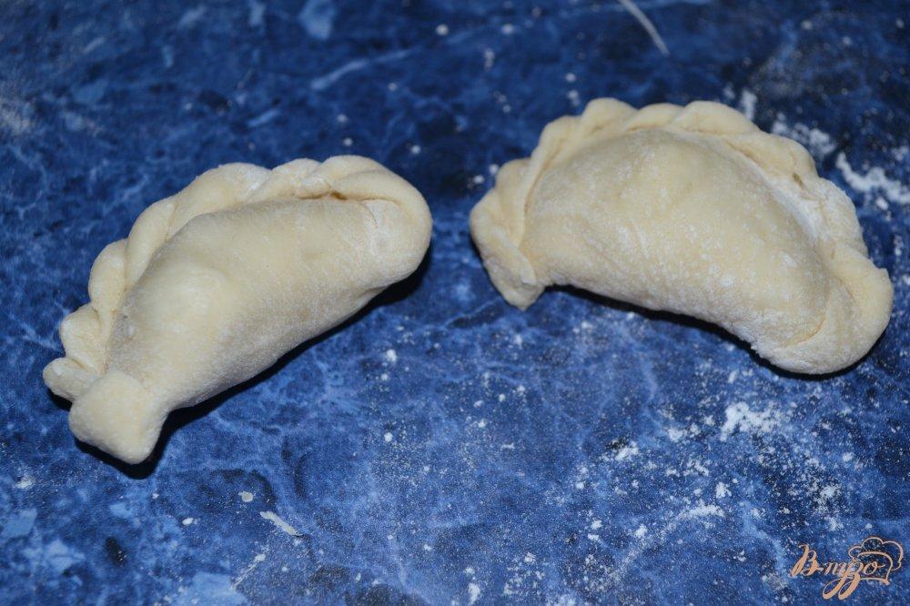Фото приготовление рецепта: Вареники с картофелем и салом шаг №8
