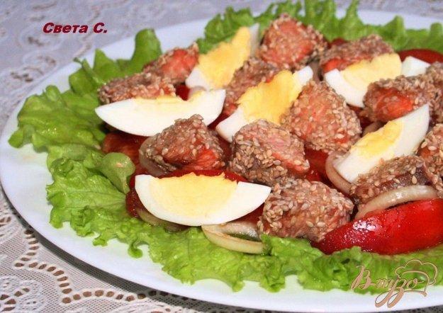 фото рецепта: Салат с запеченным лососем в кунжутной панировке