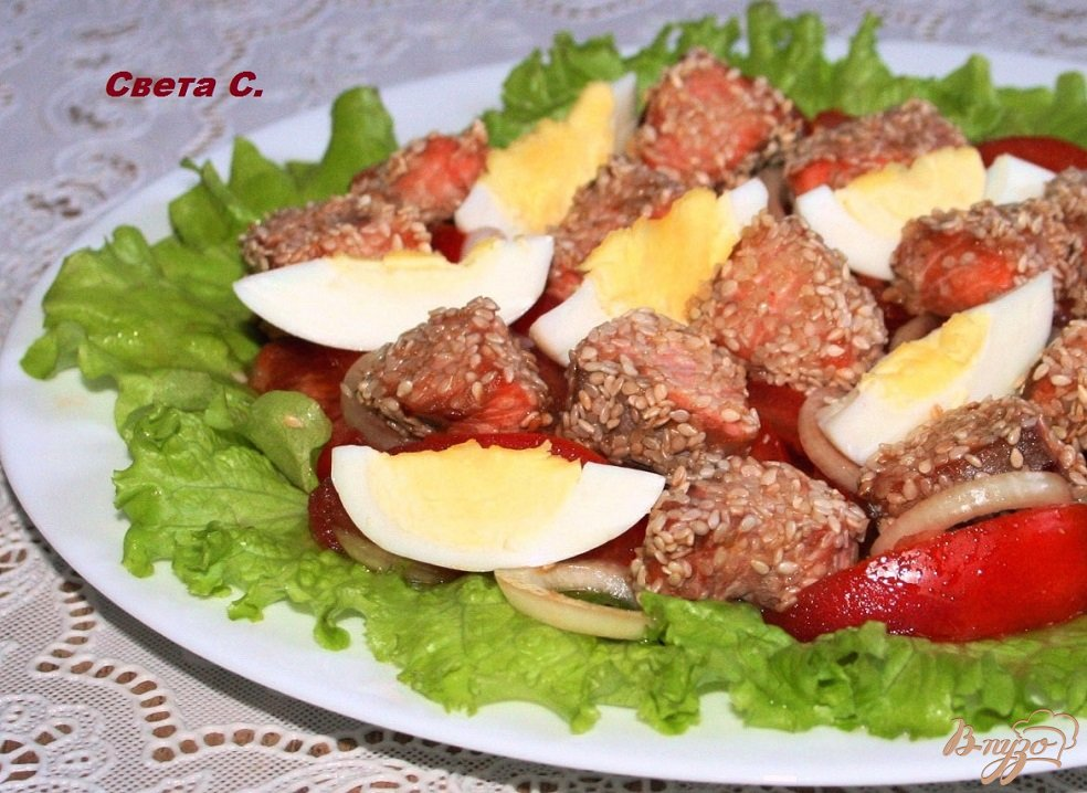 Фото приготовление рецепта: Салат с запеченным лососем в кунжутной панировке шаг №7