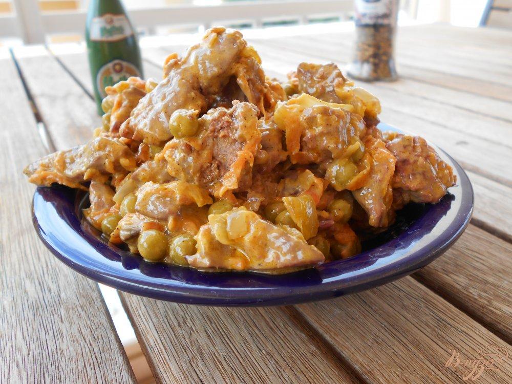Фото приготовление рецепта: Салат из куриной печени с зеленым горошком шаг №7