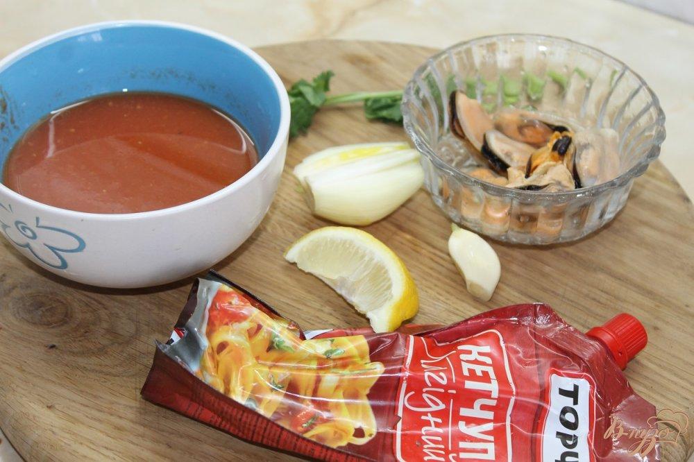 Фото приготовление рецепта: Томатный суп с мидиями и крутонами шаг №1