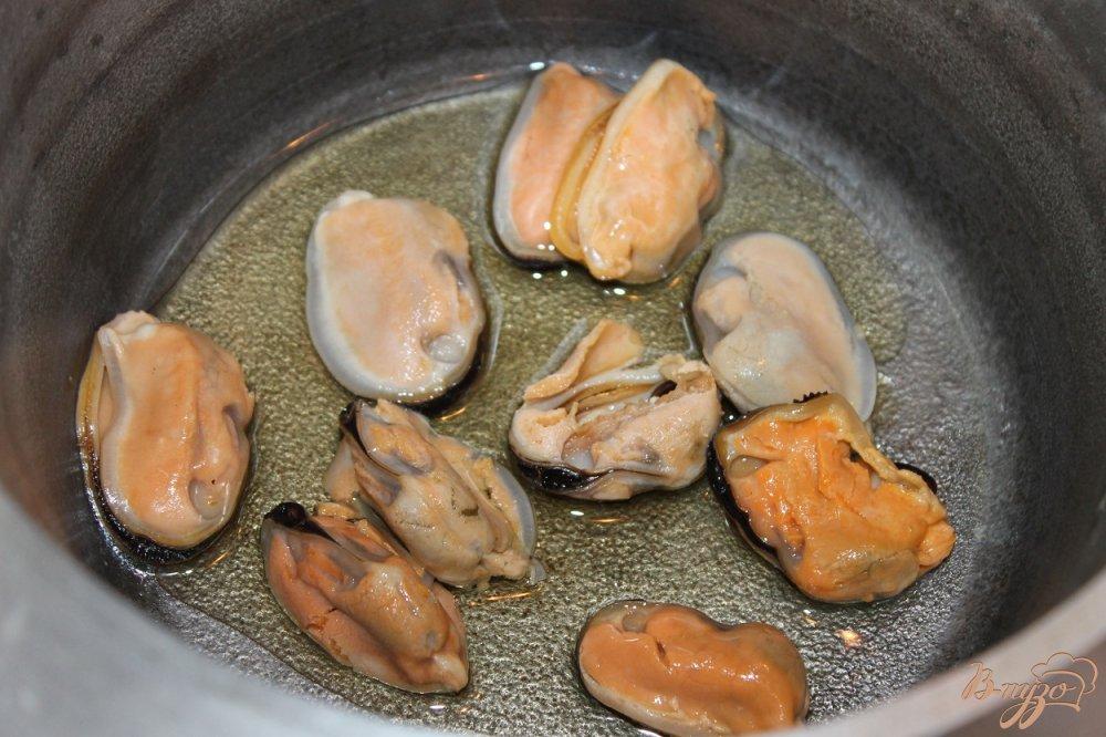 Фото приготовление рецепта: Томатный суп с мидиями и крутонами шаг №2