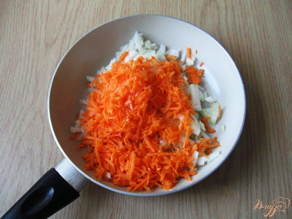 Фото приготовление рецепта: Щи  со свежей капустой и копченой колбасой шаг №2
