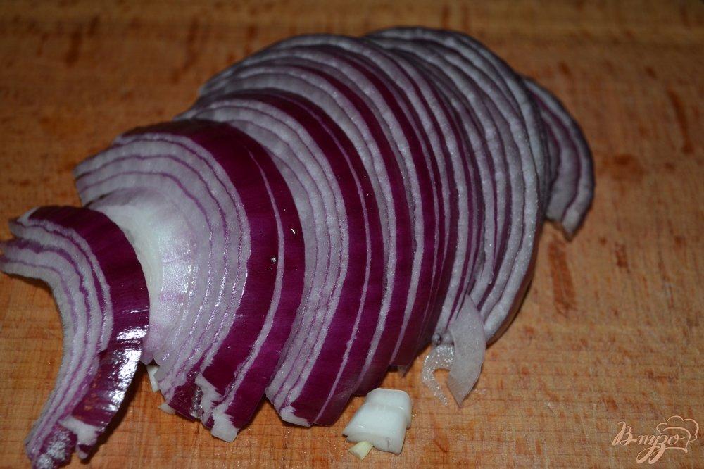 Фото приготовление рецепта: Витаминный салат из белой фасоли и красного лука шаг №2