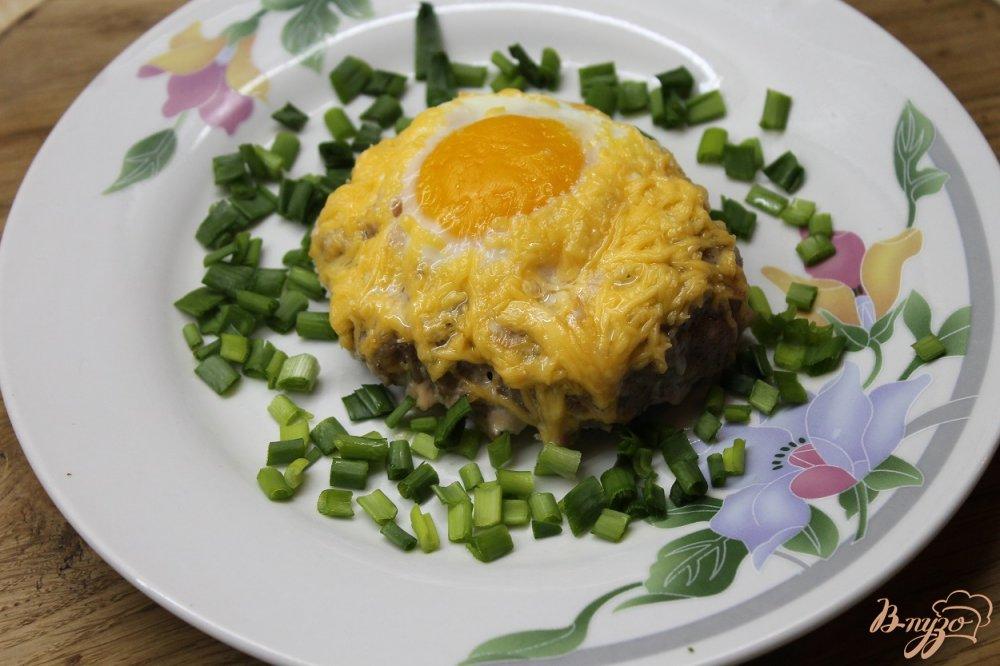 Фото приготовление рецепта: Котлета с яйцом и сыром шаг №6