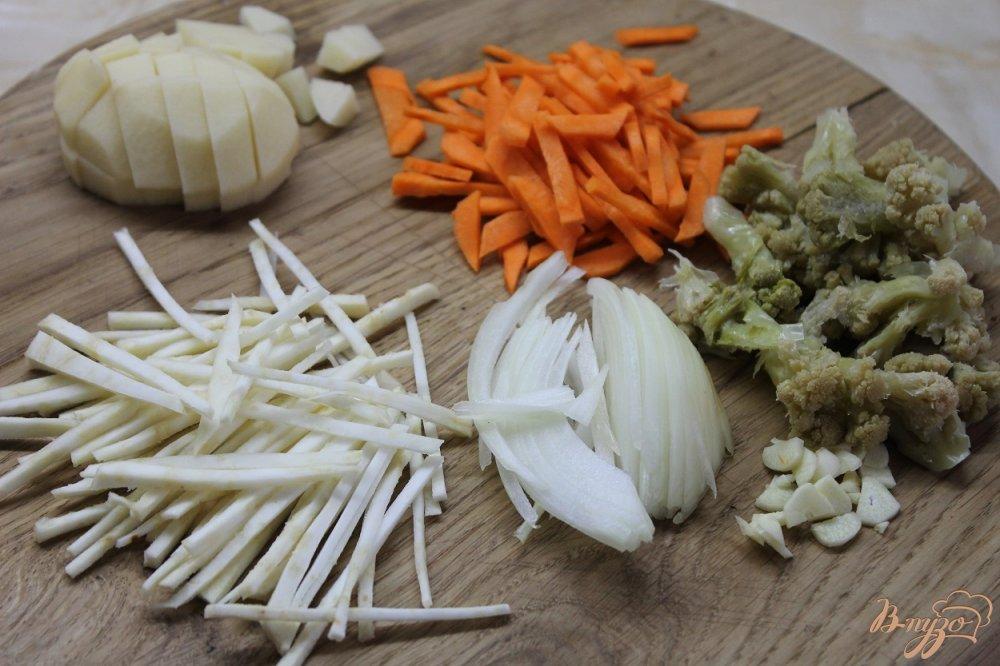 Фото приготовление рецепта: Суп с сельдереем и цветной капустой шаг №2