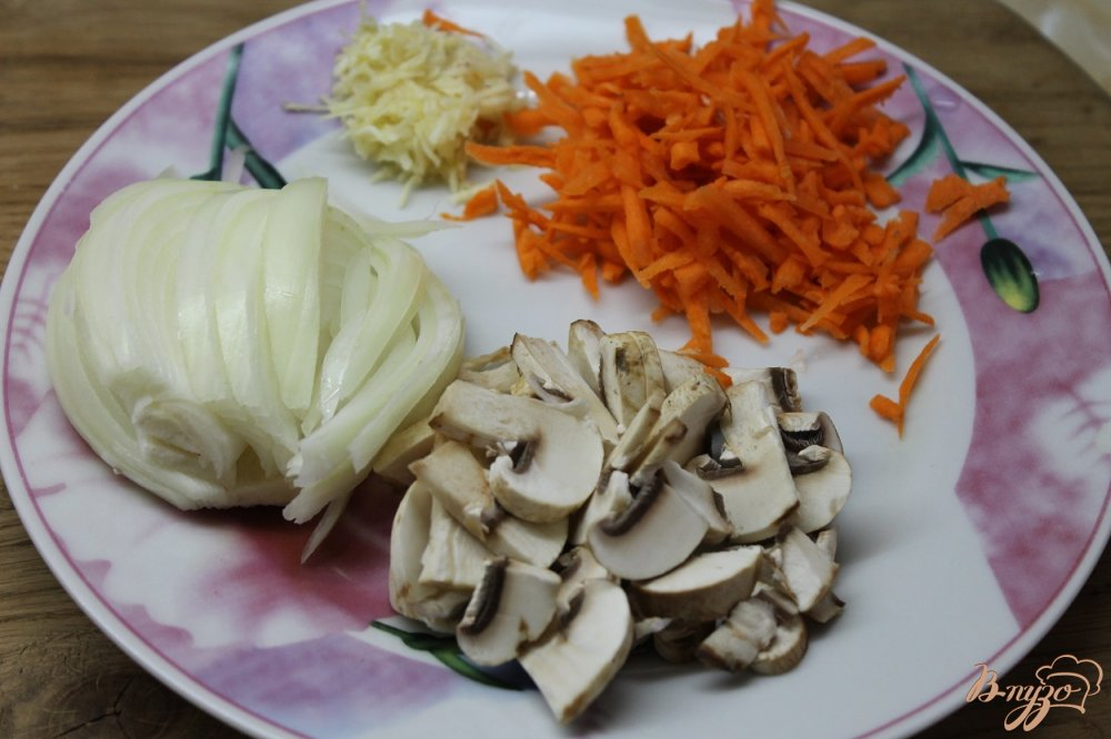 Фото приготовление рецепта: Куриные потроха тушенные с овощами в сметанном соусе шаг №4