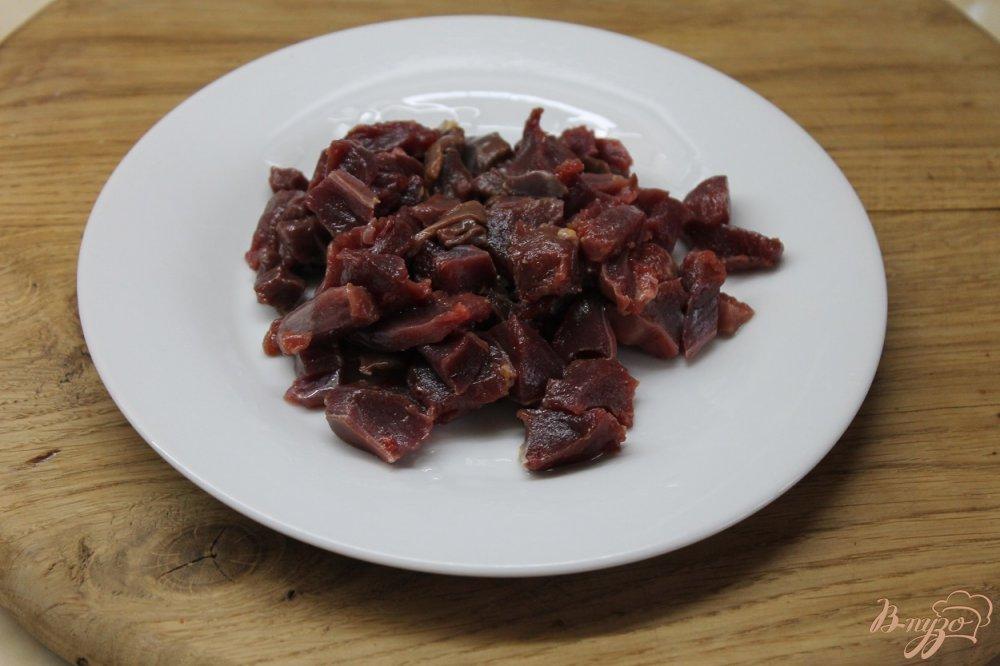 Фото приготовление рецепта: Куриные потроха тушенные с овощами в сметанном соусе шаг №2