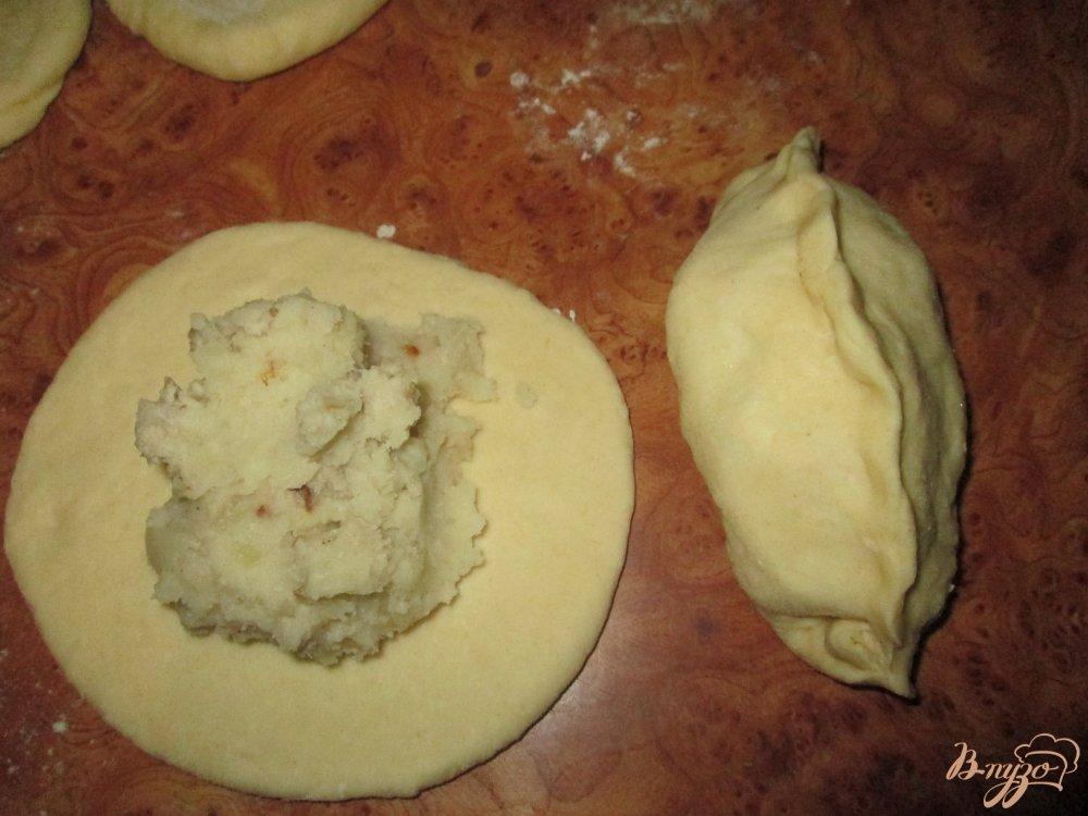 Фото приготовление рецепта: Пирожки с картошкой и фаршем на сковороде шаг №7