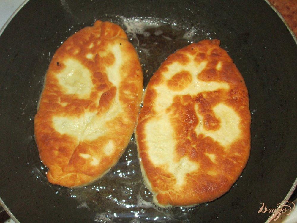 Фото приготовление рецепта: Пирожки с картошкой и фаршем на сковороде шаг №9